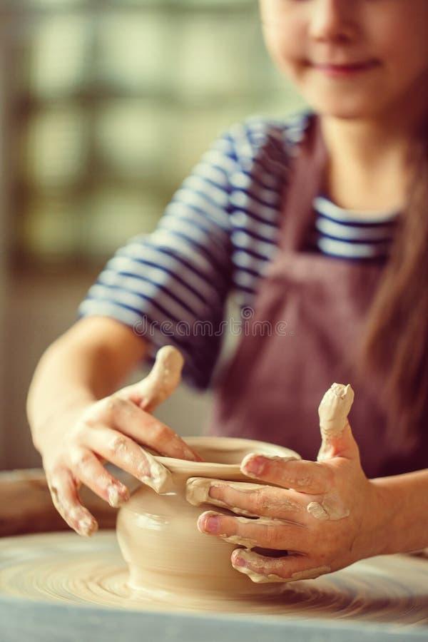 Vrouwelijke pottenbakker die bij het werpen van wiel bij studio werken Kleiworkshop royalty-vrije stock foto