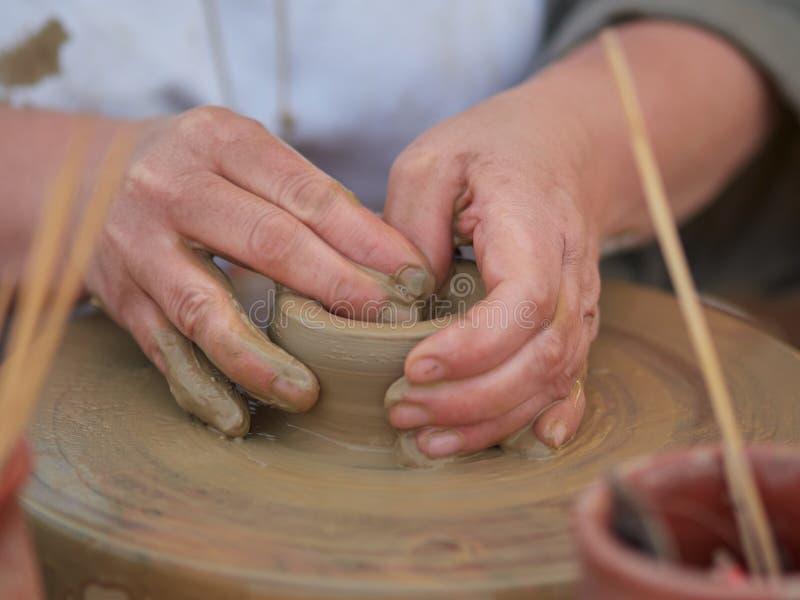 Vrouwelijke Pottenbakker die een kom op een Pottenbakkerswiel creëren royalty-vrije stock afbeelding
