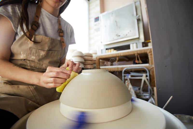 Vrouwelijke Pottenbakker die met Wiel werken royalty-vrije stock foto's