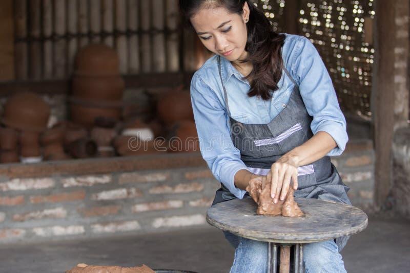 Vrouwelijke pottenbakker die pot maken stock foto