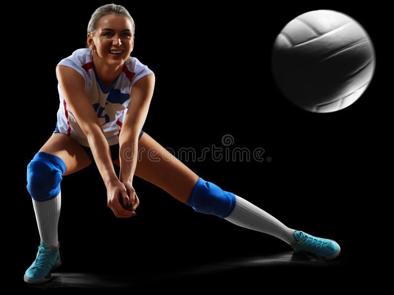 Vrouwelijke professionele volleyballspeler op zwarte stock foto's