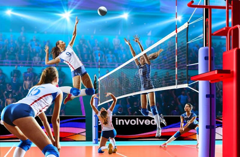 Vrouwelijke professionele volleyballspelers in actie betreffende groot hof royalty-vrije stock afbeelding