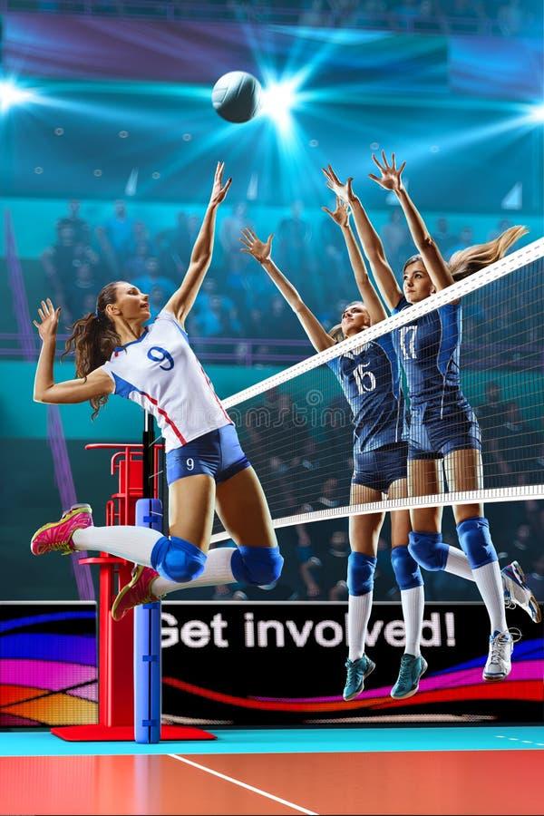 Vrouwelijke professionele volleyballspelers in actie betreffende groot hof stock fotografie