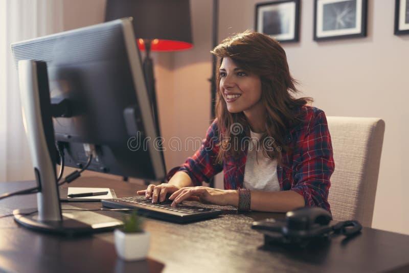 Vrouwelijke programmeur die in een huisbureau werken royalty-vrije stock foto's
