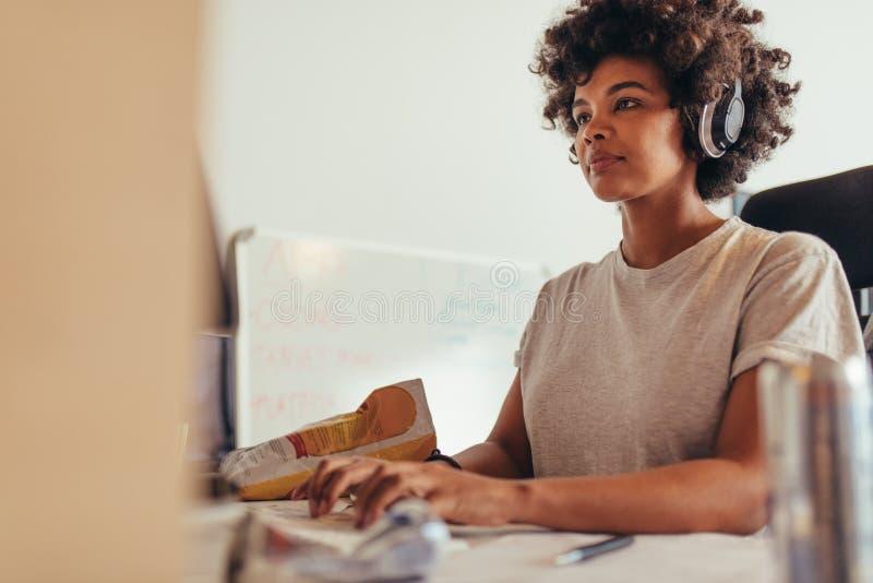 Vrouwelijke programmeur het typen gegevenscodes stock afbeeldingen