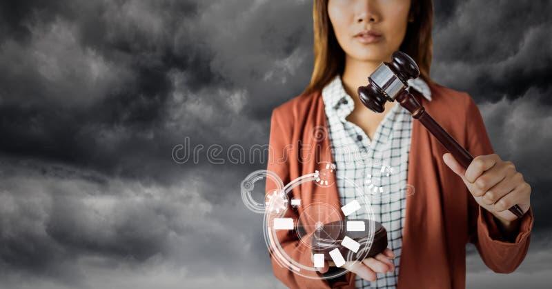 Vrouwelijke rechter met hamer en witte interface tegen grijze hemel stock afbeeldingen