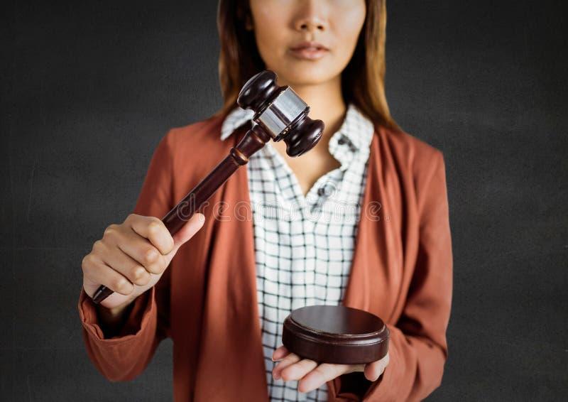 Vrouwelijke rechter met hamer tegen grijze muur royalty-vrije stock fotografie