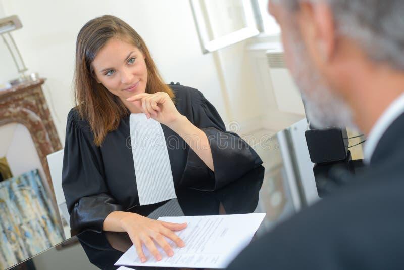Vrouwelijke rechter in robes royalty-vrije stock fotografie