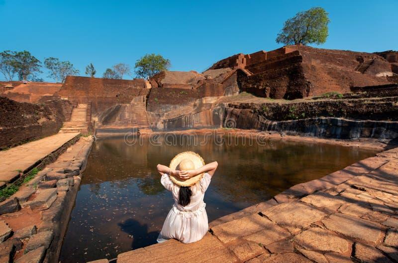 Vrouwelijke reiziger bij Sigiriya-rots in Sri Lanka royalty-vrije stock foto's
