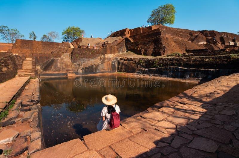 Vrouwelijke reiziger bij Sigiriya-rots in Sri Lanka stock foto