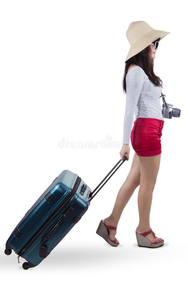 Vrouwelijke reiziger die een koffer dragen royalty-vrije stock foto's