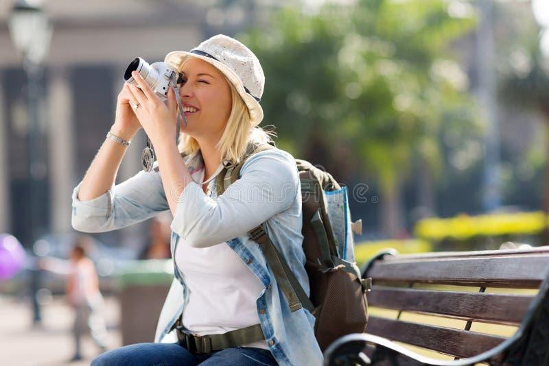 Vrouwelijke reiziger die foto's nemen stock afbeeldingen