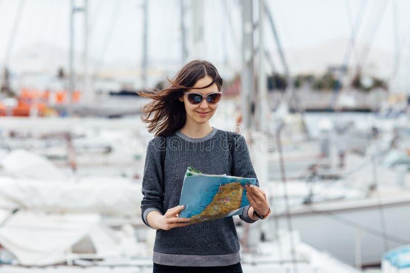 Vrouwelijke reiziger die nieuwe stad met kaart bezienswaardigheden bezoeken royalty-vrije stock afbeelding