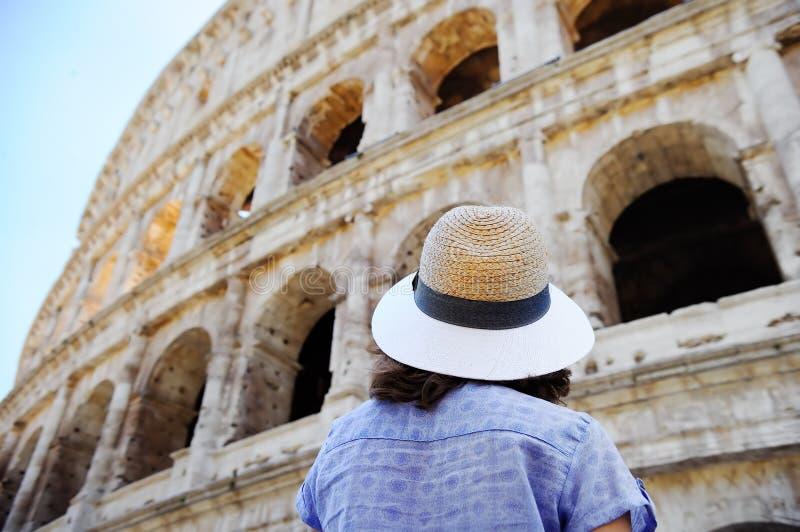 Vrouwelijke reiziger die op Colosseum in Rome, Italië kijken royalty-vrije stock afbeeldingen