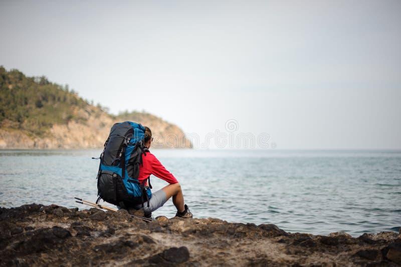Vrouwelijke reiziger in jacketsits dichtbij het overzees stock foto's