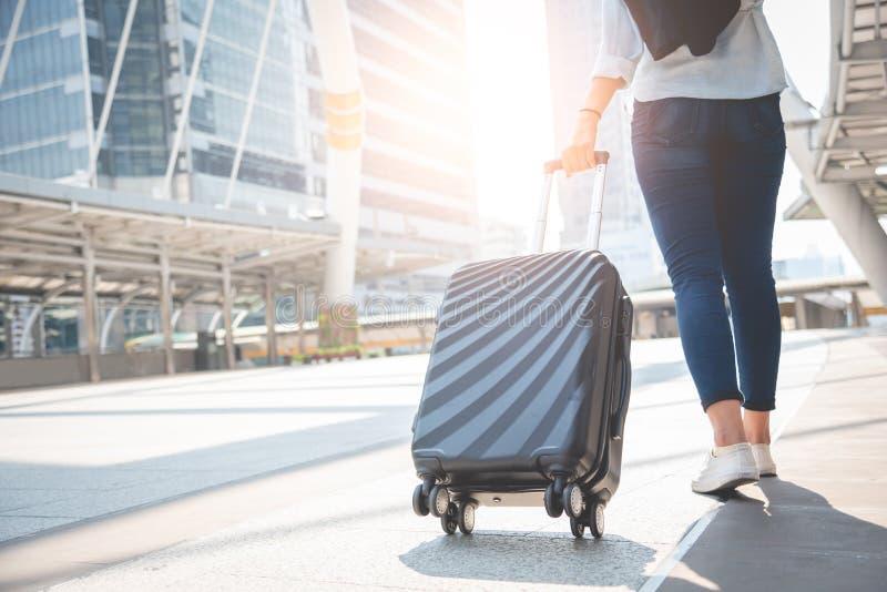 Vrouwelijke reizigerstoerist die met bagage bij eindpost lopen Activiteit en levensstijlconcept Bedrijfsmensen en lange vakantie royalty-vrije stock afbeeldingen