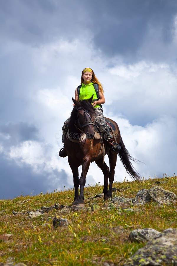 Vrouwelijke ruiter op horseback stock fotografie