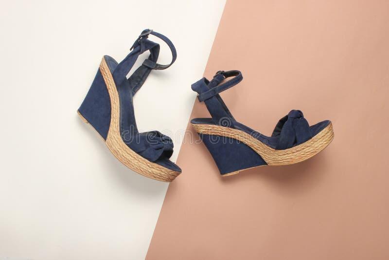 Vrouwelijke sandals op een platform royalty-vrije stock foto