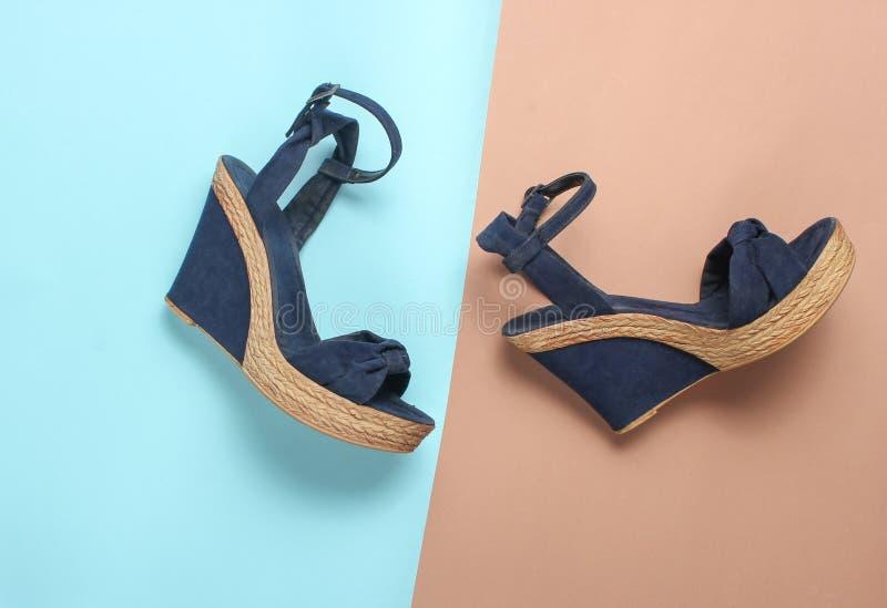 Vrouwelijke sandals op een platform royalty-vrije stock foto's
