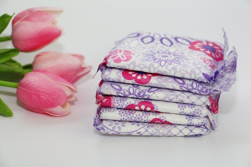 Vrouwelijke sanitaire stootkussens in het pakket op een witte achtergrond royalty-vrije stock afbeelding