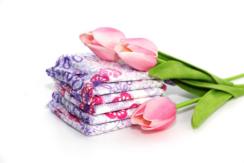Vrouwelijke sanitaire stootkussens in het pakket op een witte achtergrond stock foto