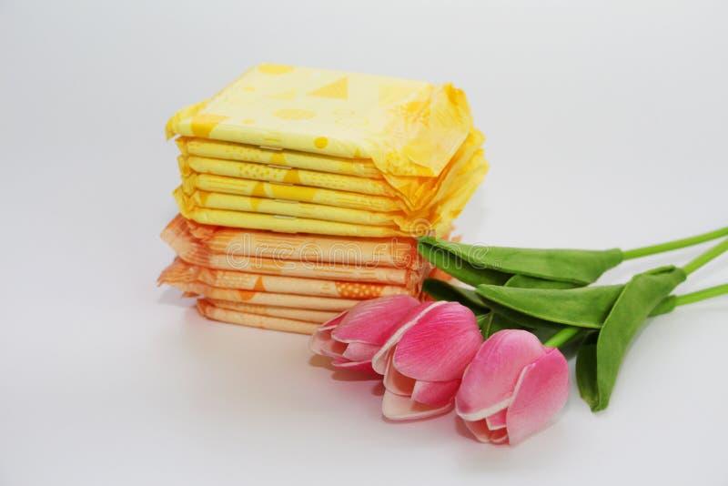 Vrouwelijke sanitaire stootkussens in het pakket op een witte achtergrond royalty-vrije stock afbeeldingen