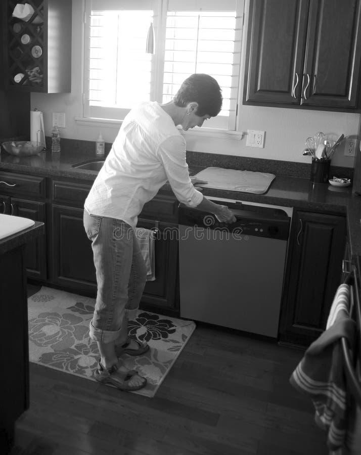 Vrouwelijke schoonheid die in de keuken werken stock foto's