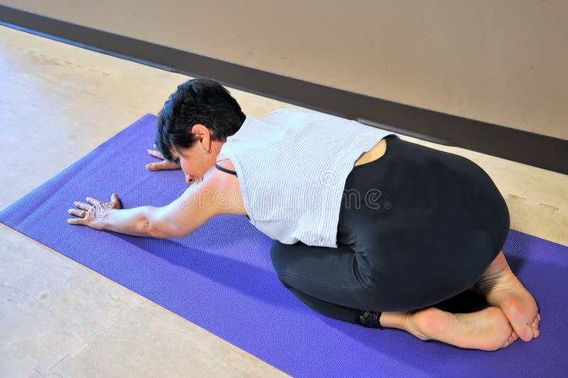 Vrouwelijke schoonheid die yogaoefeningen doen royalty-vrije stock foto