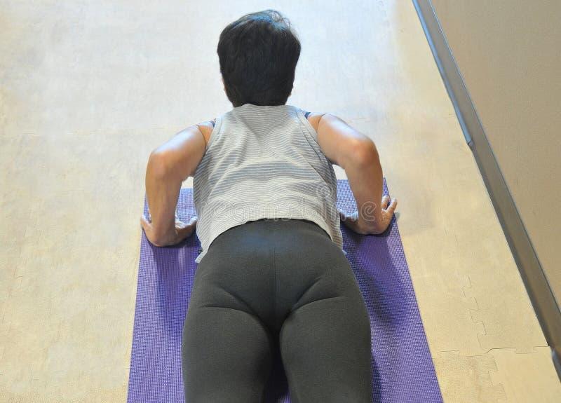 Vrouwelijke schoonheid die yogaoefeningen doen royalty-vrije stock afbeelding