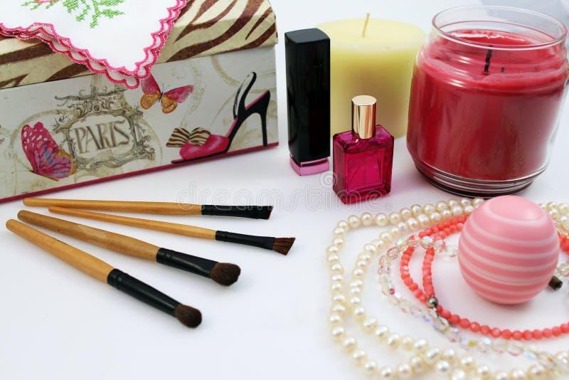Vrouwelijke schoonheidsmiddelen en toebehoren stock afbeeldingen