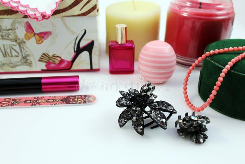 Vrouwelijke schoonheidsmiddelen en toebehoren royalty-vrije stock afbeeldingen