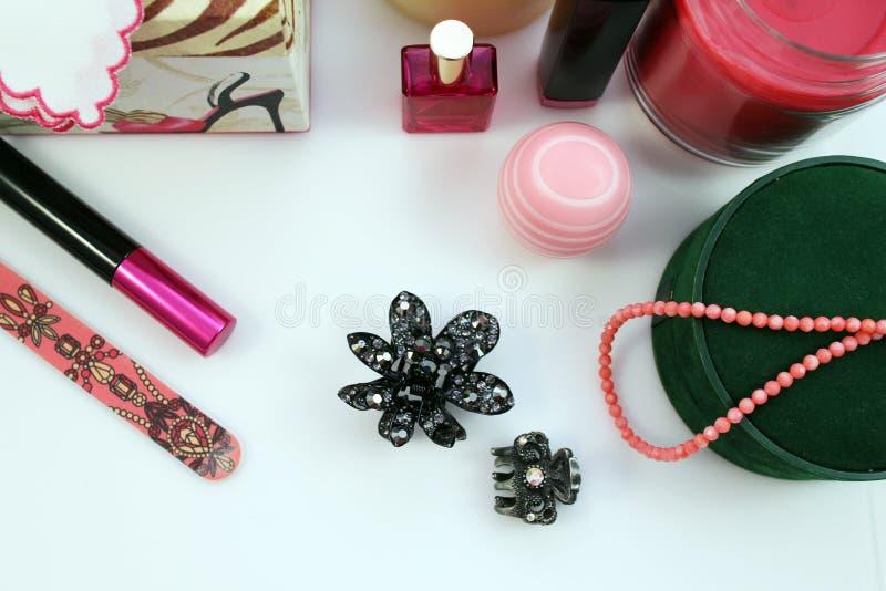 Vrouwelijke schoonheidsmiddelen en toebehoren stock afbeelding