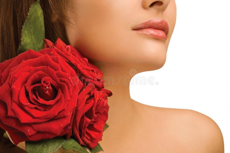 Vrouwelijke schouder en rozen royalty-vrije stock foto's