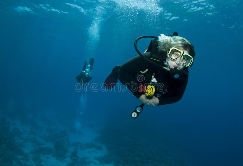 Vrouwelijke scuba-duiker stock fotografie