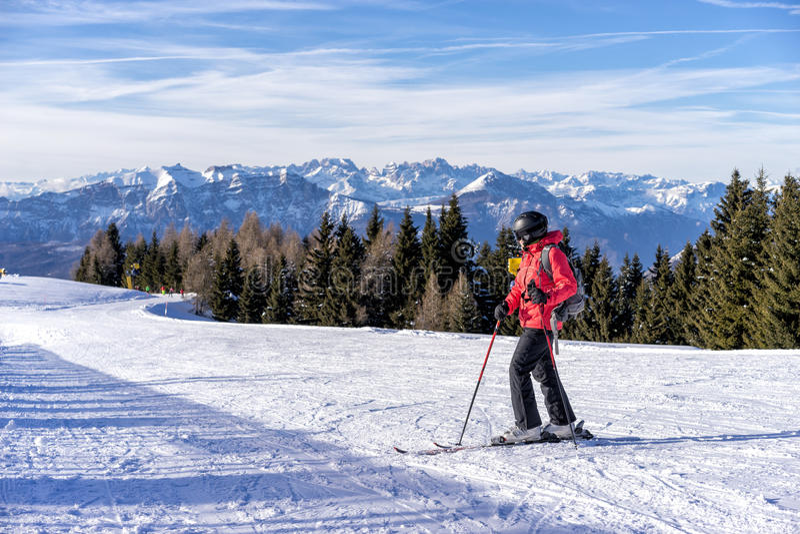 Vrouwelijke skiër stock foto's
