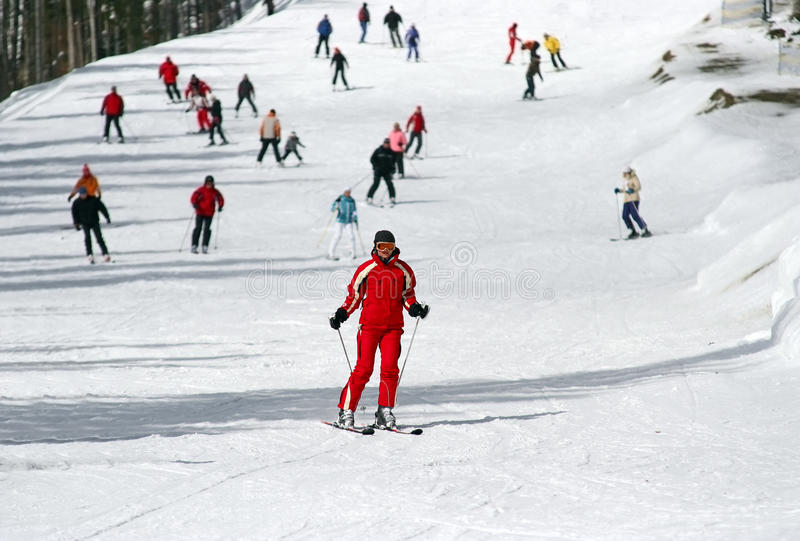 Vrouwelijke skiër die onderaan een piste skiô royalty-vrije stock foto's