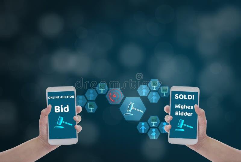 Vrouwelijke smartphone van de handholding om de prijs voor bod, via draadloos netwerk op blauwe bokehachtergrond met veilingspict royalty-vrije stock afbeelding