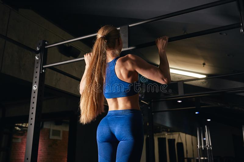 Vrouwelijke sterke bodybuilder die voor de concurrentie voorbereidingen treffen royalty-vrije stock foto