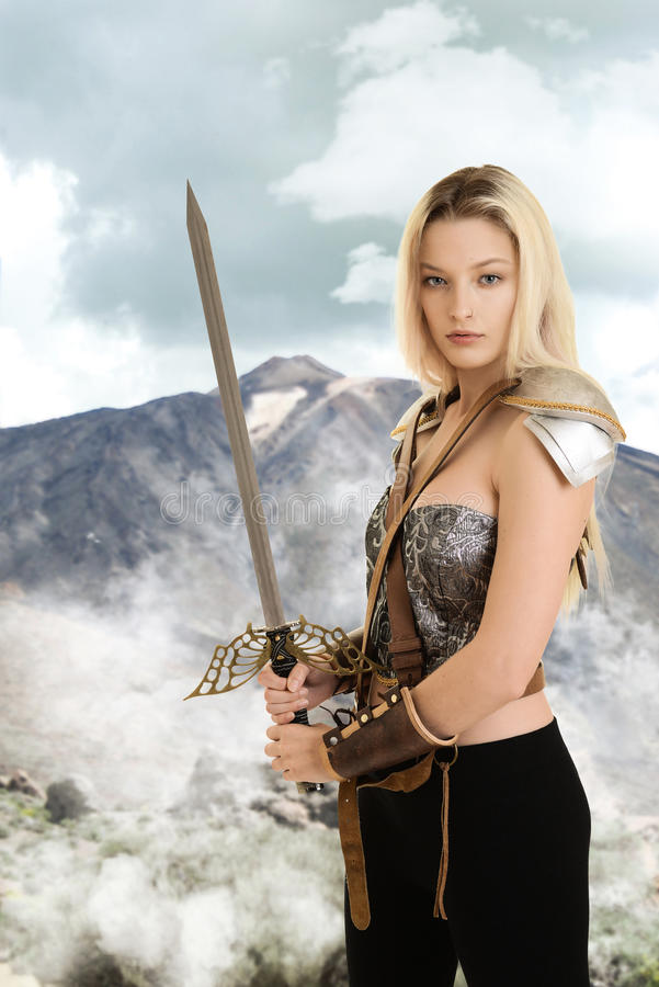 Vrouwelijke strijder met zwaard en berg op achtergrond royalty-vrije stock afbeeldingen