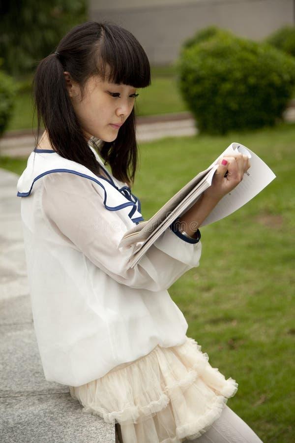 Vrouwelijke student in de lezing van de Campus royalty-vrije stock afbeeldingen