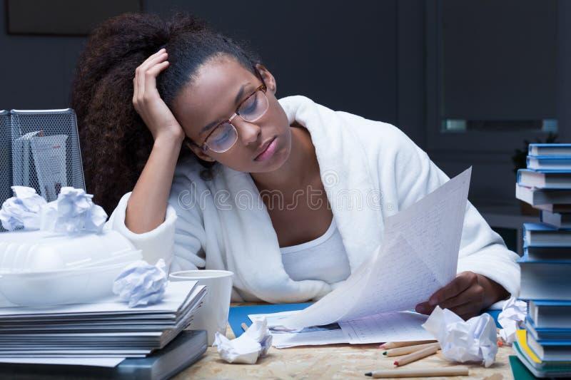 Vrouwelijke student die bij nacht leren royalty-vrije stock foto