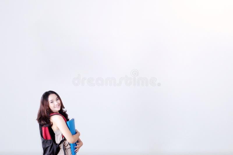 Vrouwelijke student die een omslag houden stock foto's