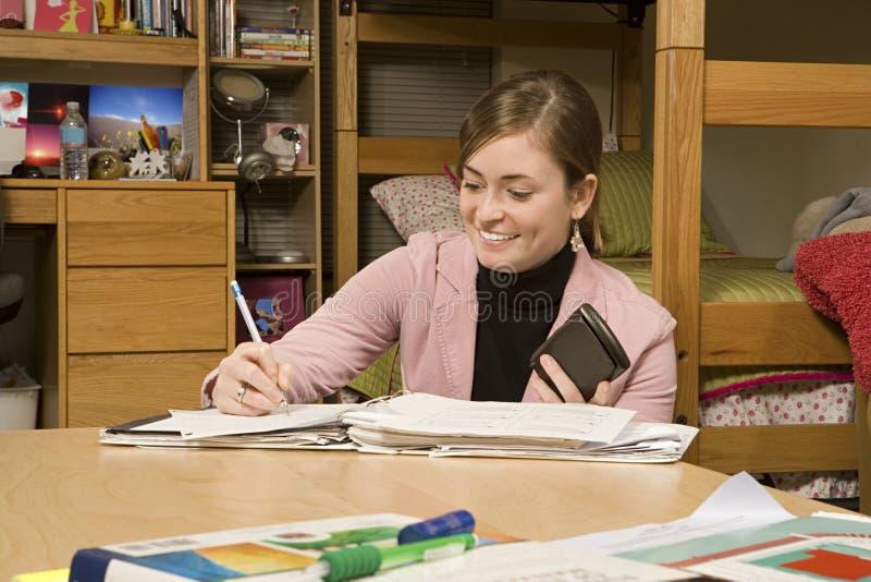 Vrouwelijke student die in haar slaapzaal bestuderen royalty-vrije stock fotografie