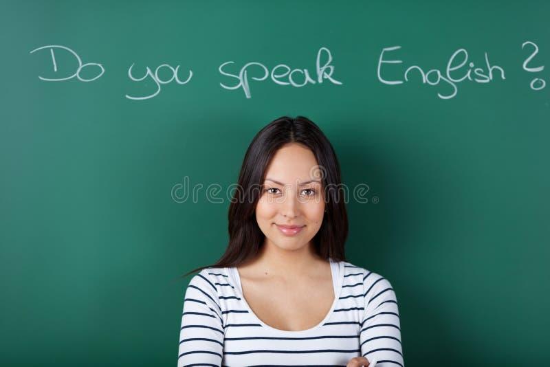 Vrouwelijke student die het Engels leren stock foto's