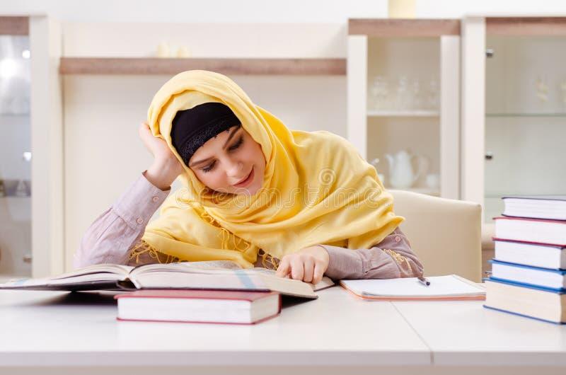Vrouwelijke student die in hijab voor examens voorbereidingen treffen royalty-vrije stock fotografie