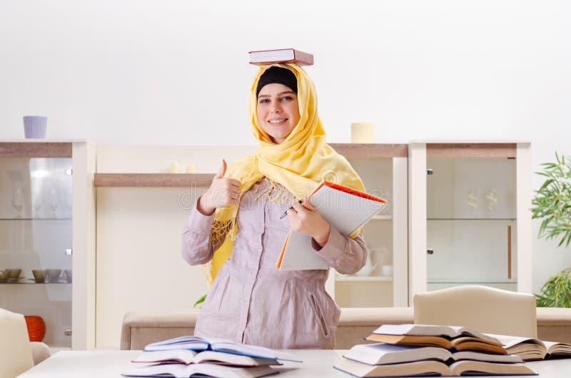 Vrouwelijke student die in hijab voor examens voorbereidingen treffen royalty-vrije stock afbeeldingen