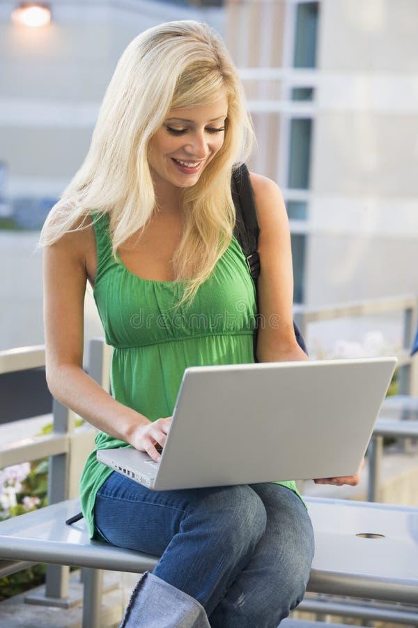 Vrouwelijke student die laptop buiten met behulp van royalty-vrije stock fotografie