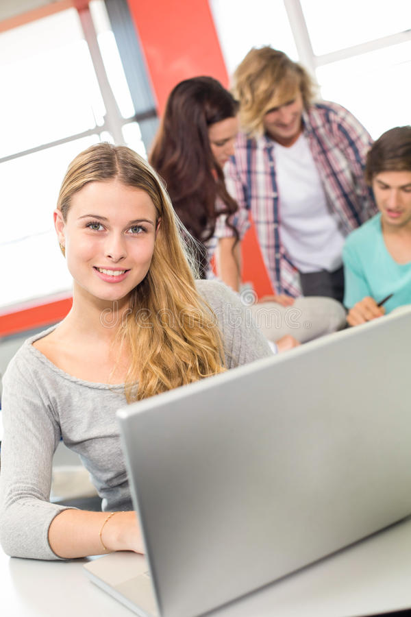 Vrouwelijke student die laptop in klaslokaal met behulp van royalty-vrije stock foto