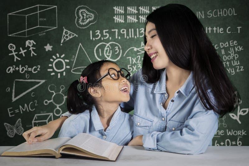 Vrouwelijke student die met leraar spreken royalty-vrije stock afbeeldingen
