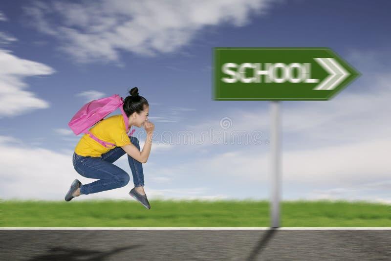 Vrouwelijke student die naar aan school lopen royalty-vrije stock foto's